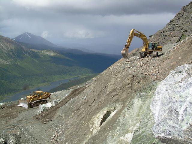 加拿大软玉矿体几乎都'与晚古生代蛇纹岩相伴生。加拿大碧玉矿床具有产量大、质地均一、块度大、颜色鲜艳等特点。整个不列颠哥伦比亚省境内分布着五十多个碧玉矿床,包括Polar矿、Kathie矿、Mount Ogden矿等,其中北极矿碧玉是加拿大碧玉中的顶级品,出产在北极圏内Polar矿区,其质地细腻,光洁润泽、颜色鲜亮。加拿大Kathie碧玉矿与卡西尔石棉矿伴生,该矿区位于不列颠哥伦比亚省北部麦克达姆山,平均海拔为1830米。矿层赋存在<Sylvestcr>组岩层中,矿体埋藏于岩席状的蛇纹岩